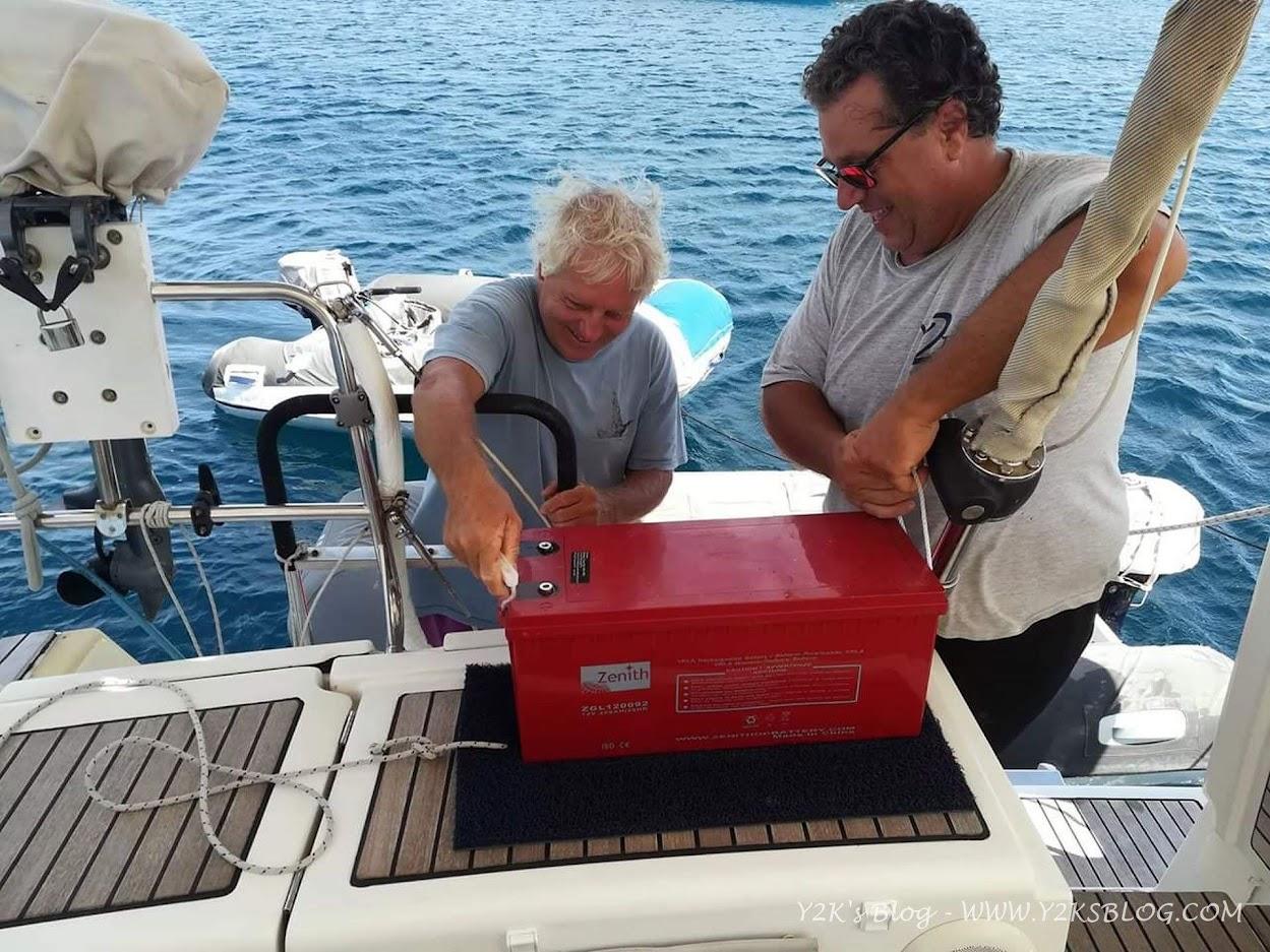 Con l'aiuto di Giovanni sostituiamo le batterie di bordo - Neiafu