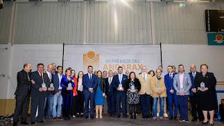 La foto de familia, con los premiados, las autoridades y la dirección de LA VOZ.