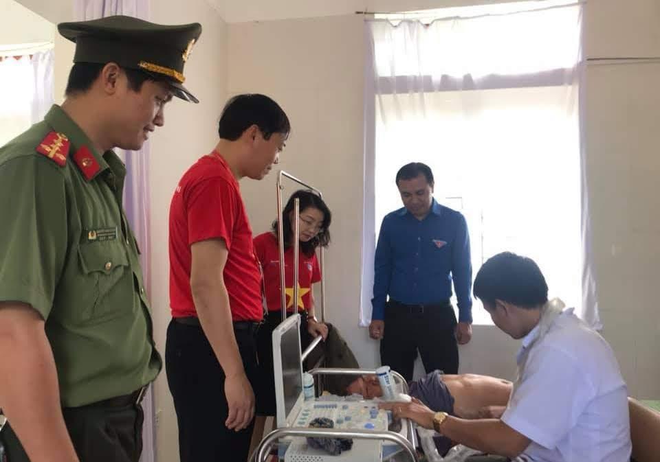 """Khám và cấp thuốc miễn phí cho bà con nhân dân xã Kim Liên, huyện Nam Đàn tại hành trình """"Tôi yêu Tổ quốc tôi"""""""