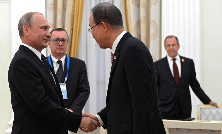 Putin vítá Pan Ki-muna v Moskvě.jpg
