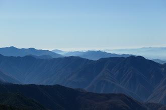 右に二児山、中央左に熊伏山、左に奥茶臼山など