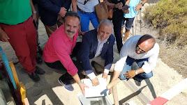 El alcalde de Vera, Félix López, el delegado de Cultura y el comisionario del V Centenario, ponen la primera piedra.