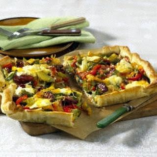 Paprika-Cabanossi Tarte mit Schmand und Käse