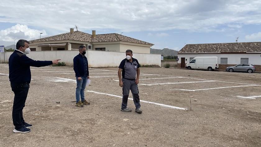 El alcalde de Pulpí supervisa la nueva zona de aparcamientos.