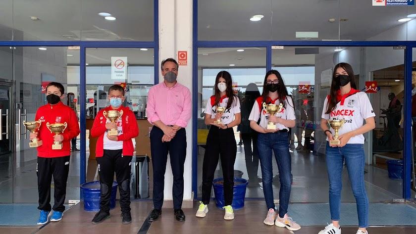 El concejal Juanjo Segura con las ganadoras del Club Indalo.
