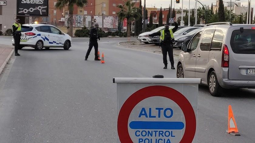 Control de la Policía Local de Almería para garantizar el confinamiento perimetral.
