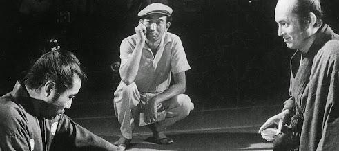 """Photo: Toshiro Mifune, Akira Kurosawa e Tatsuya Nakadai no set de """"Yojimbo"""".  http://filmesclassicos.podbean.com"""