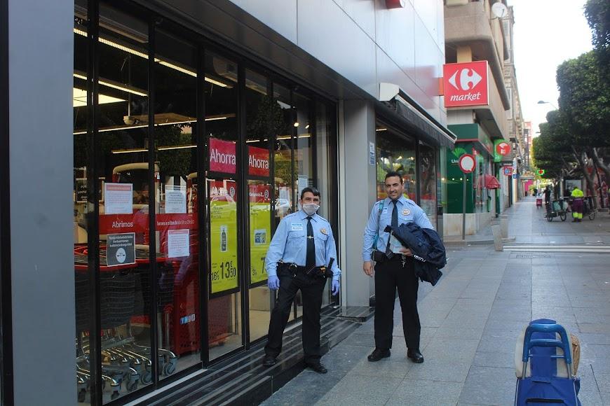 Cambio de turno de la seguridad de Carrefour Market en el Paseo de Almería.