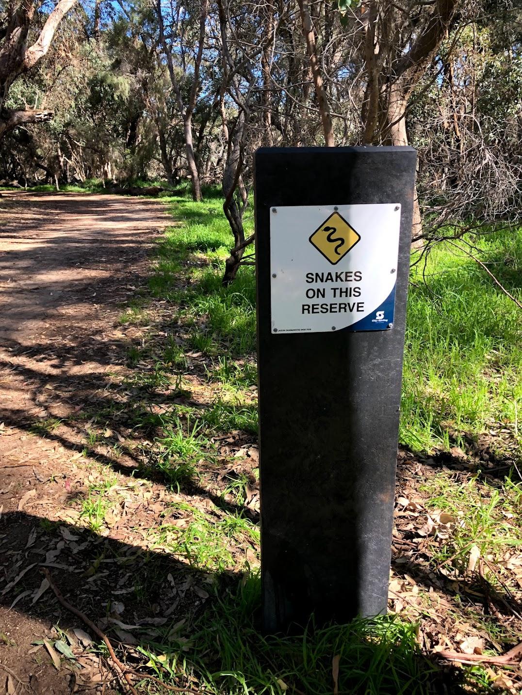 パース公園蛇注意