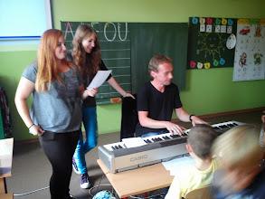 Photo: Pesničku O červíkovi Ervínovi nás prišli naučiť dievčatá deviatačky a p. učiteľ Gabi.
