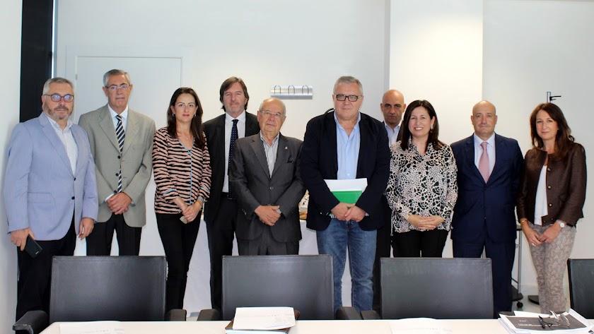 Emilio Ortiz (quinto por la derecha), con el Consejo de Administración del PITA.