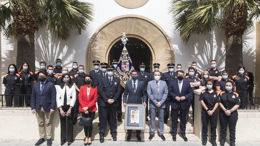 Foto de familia tras la bendición del nuevo banderín.
