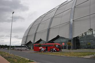 Photo: Náš krásný, velký autobus se před velikánskou halou naprosto ztrácí.