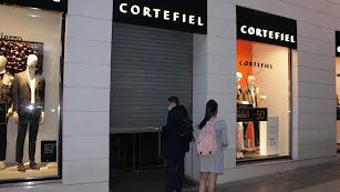 El Centro Cortefiel en el Paseo de Almería cerrando sus puertas a las seis de la tarde.