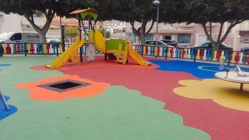 Imagen de archivo de un parque infantil de Roquetas, mientras se reforzaba su seguridad.