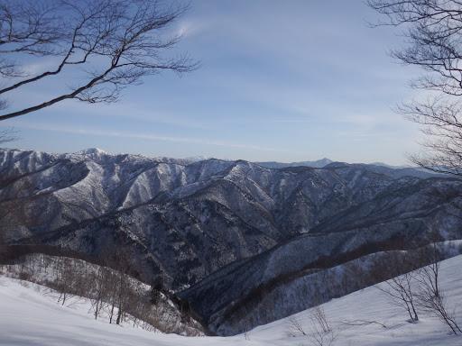 眺めを見ながら進む(左から高丸、能郷白山、神ノ又、蕎麦粒山など)