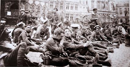 Photo: Compagnie du 4e régiment des Royal Fusiliers se reposant sur la Grand-Place à Mons, août 1914. Company of the 4th Royal Fusiliers resting in the Grand Place at Mons, August 1914. Die Kompanie der 4th Royal Fusiliers ruht sich am Grand Place in Mons aus, August 1914.