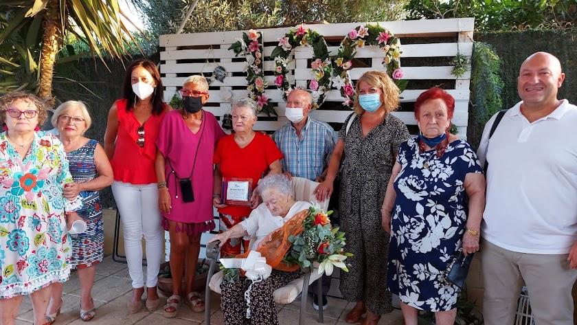 La abuela de Gádor junto a su familia en su centenario.