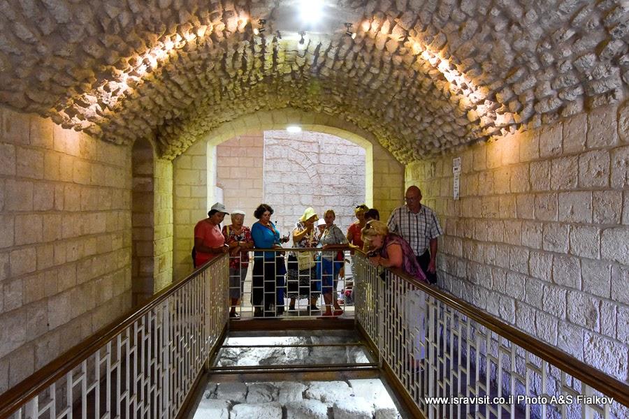 Экскурсия гида в Израиле Светланы Фиалковой в крипте церкви Венчания. Кана Галилейская,