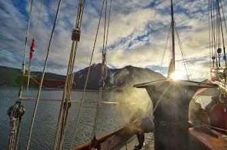 Photo: Vue du voilier, poele, et montagne