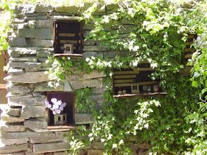 Photo: De urnenmuur afkomstig uit de Floriade wordt gebruikt om de overledenen te gedenken in kerktuin.