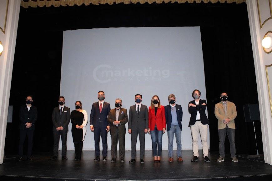 Foto de familia de la Junta directiva del Club de Marketing junto a las autoridades asistentes.