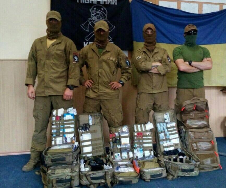 Бойові медики з рюкзаками, отриманими від волонтерів. Фото з архіву Ірини Гук