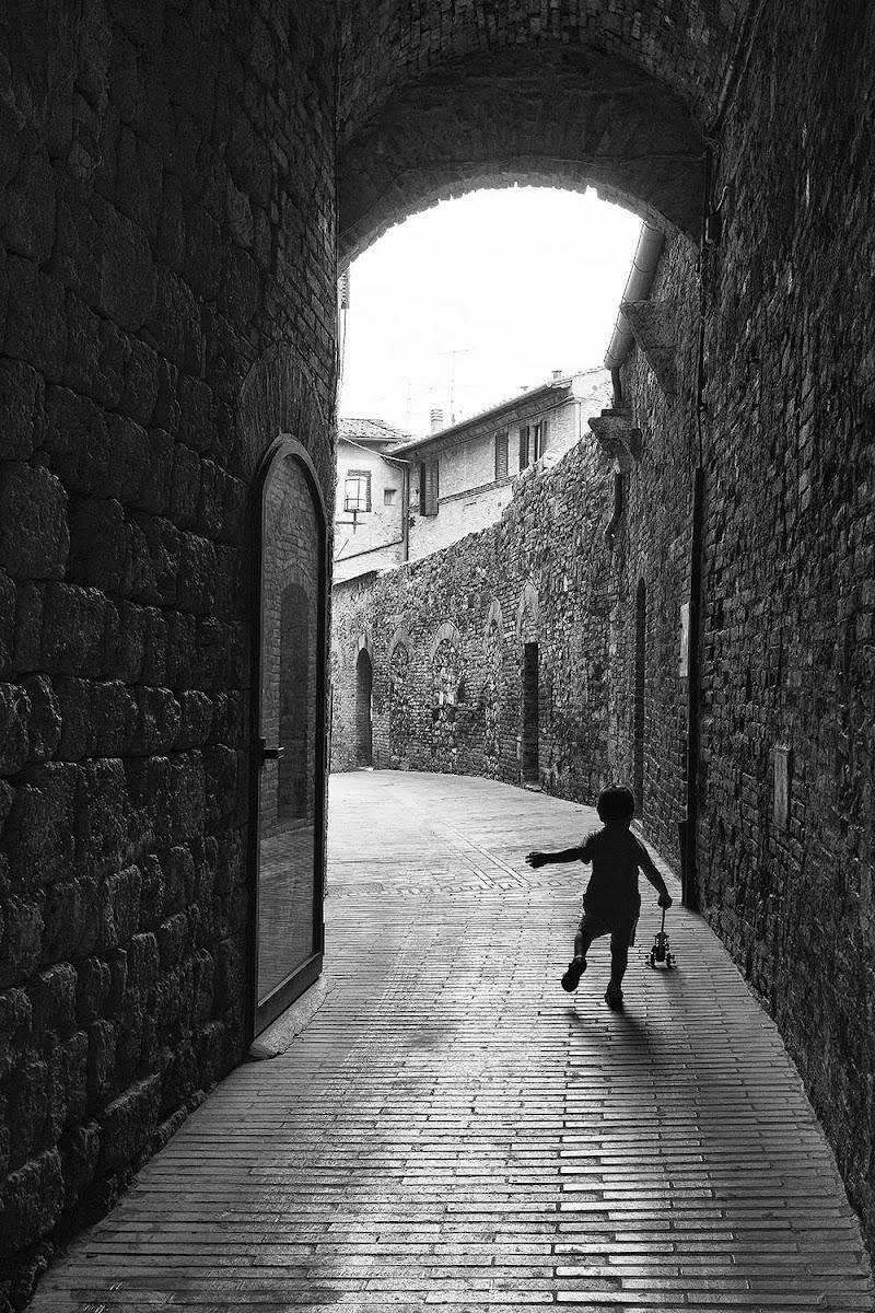 Giochi di bimbo a San Gimignano di mariannabitto