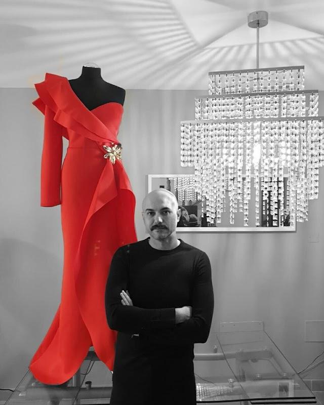 Sergi Regal junto a una de sus diseños que entrará en el sorteo.