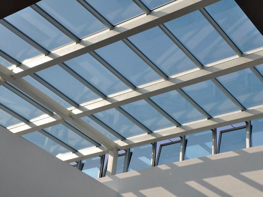 Thiết kế giếng trời cùng với lắp đặt mái che bằng tấm lợp lấy sáng giúp thông thoáng ngôi nhà, lấy sáng và lấy gió tối ưu