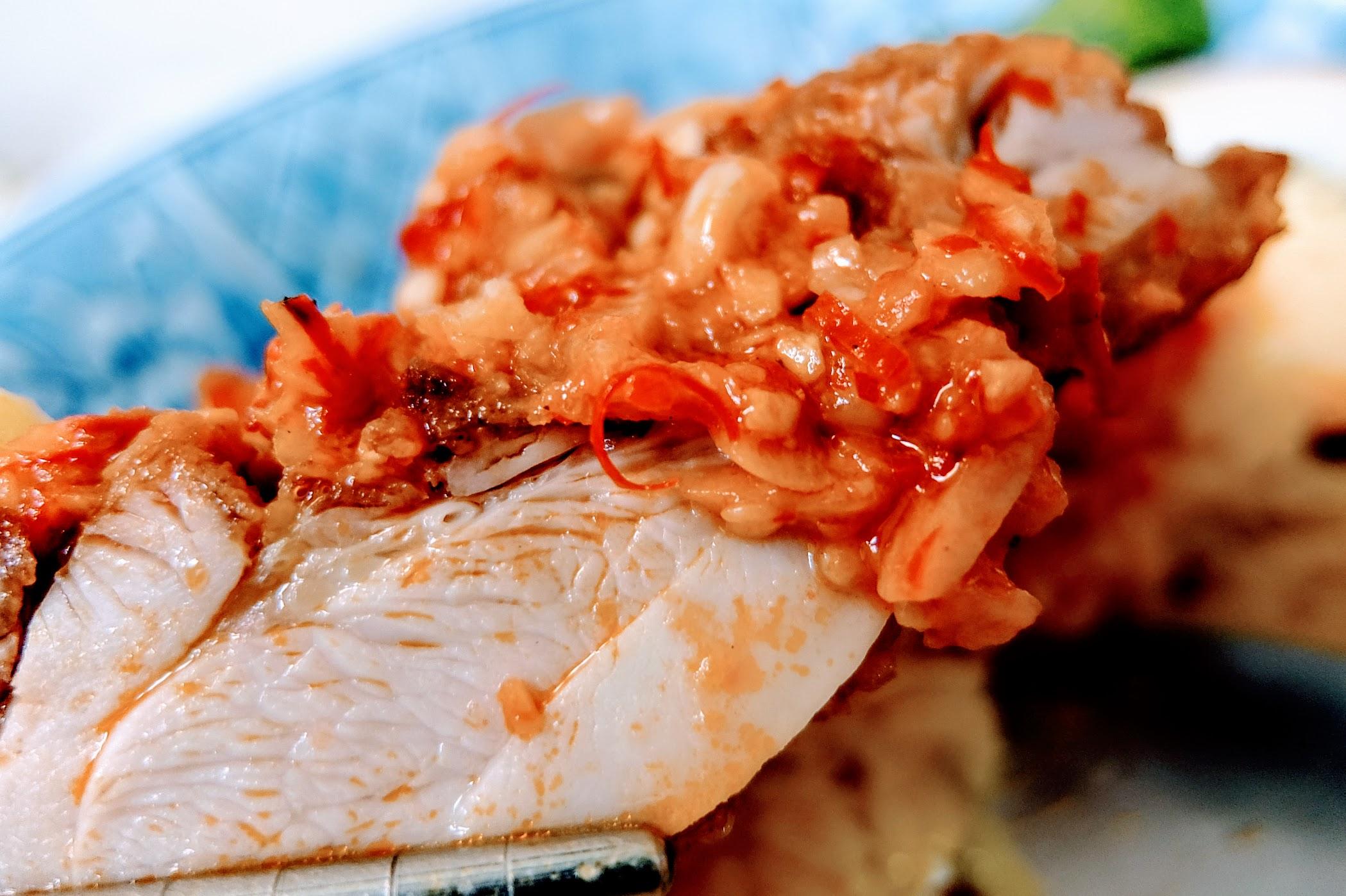 雞肉就是酥炸雞囉! 但因為上頭有放上這辣醬,所以肉略帶點辣...