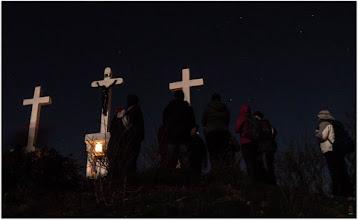 Photo: Nagypéntek estéjén éjszakai keresztútra indulunk a Budai-hegyekbe. Találkozó április 3-án este 11 órakor a 11-es busz Nagybányai úti végállomásánál. Érkezés napfelkelte körül a Széll Kálmán térre.