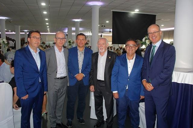 Una amplia representación de Cajamar y el presidente de la Comunidad de Regantes junto a los directores de Coprohníjar.