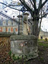 Photo: Le puits des Terrasses et Château du Prieuré
