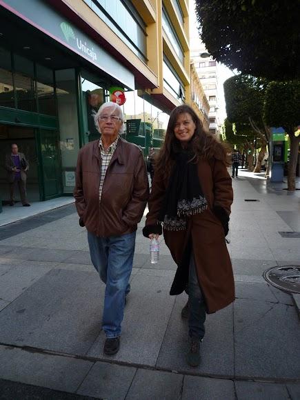 Caminando por el Paseo de Almería junto a la fotógrafa Ouka Leele. (Foto: Guillermo Fuertes)