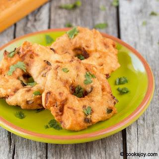 Ulundhu Vadai (Deep Fried Urad Dal Fritters)