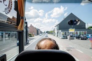via het hoofd van de chauffeur kijken we op de weg