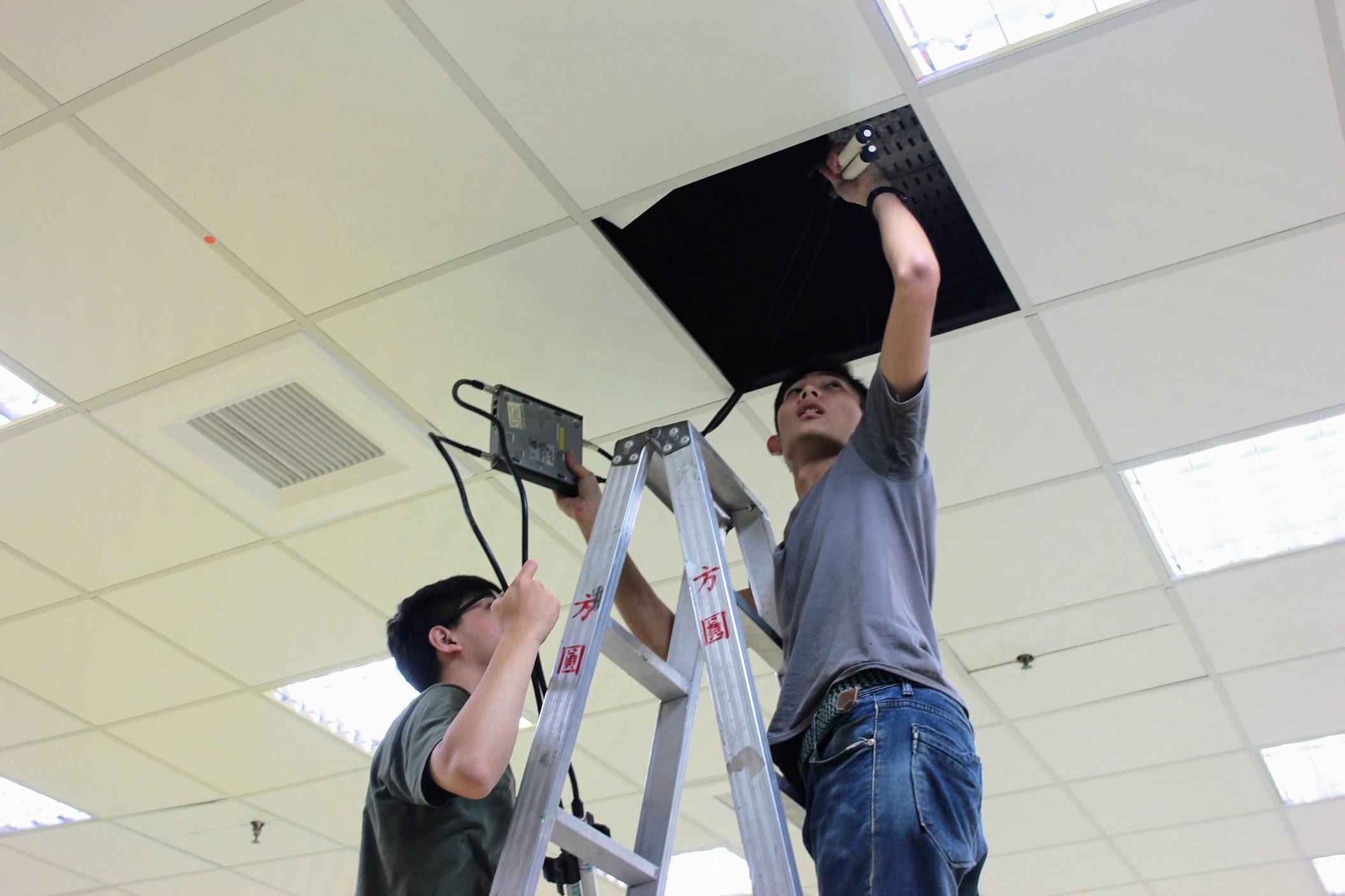 由於無線網路是會場上重點之一,所以要安裝好無線基地臺和天線...