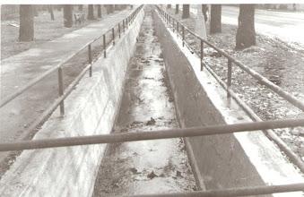 Photo: Pohľad na potok Hlísnik, ktorý takto tiekol centrom mesta. V minulosti sa niekoľkokrát vylial čo spôsobilo aj zatopenie námestia a kostola sv. Trojice.