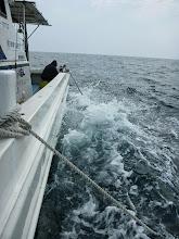 Photo: 船を横に張っているので、シブキがすごいんですねー! この海水がひっかかるんですねー!背中に。