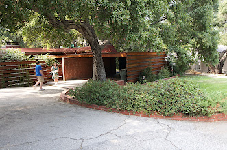 Photo: Entrance. Garage at right. Photo: Judith Lautner