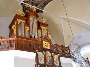 Photo: Precejšen del orgel se skrije za visoko korno ograjo - Die Orgel wirkt etwas versteckt hinter der hohen Brüstung - The organ is relatively hidden behind the high screen