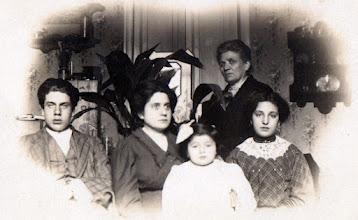 Photo: Eduard Toldrà, Enriqueta Toldrà (germana), Enriqueta Garreta (neboda), Maria Soler (mare), Antonia Toldrà (germana gran) Francesc Toldrà i Carbonell © Family Archive (Mdm. Narcisa Toldrà)