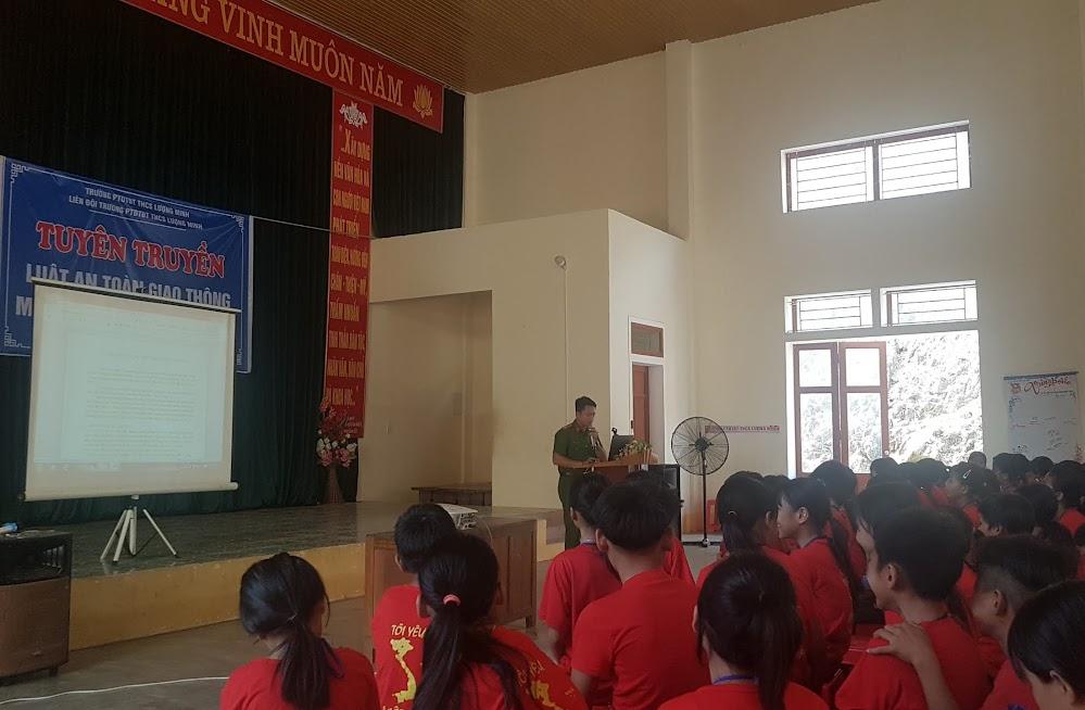 Cán bộ đoàn thanh niên Công an huyện tuyên truyền tác hại của ma tuý cho các em học sinh