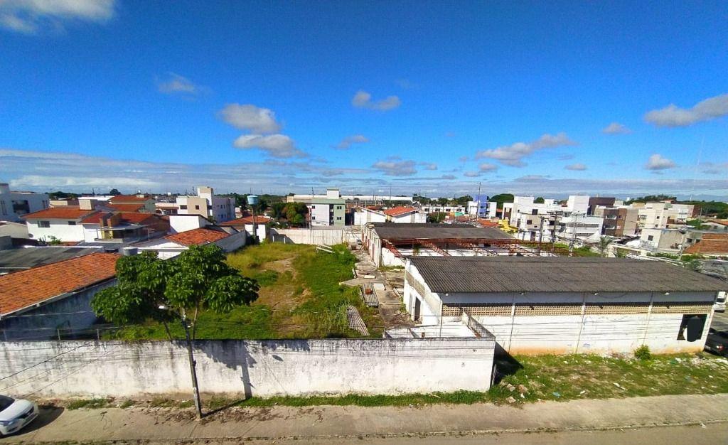 Área de aproximadamente 2.800 m² no Quadramares, com 2 galpões construídos.