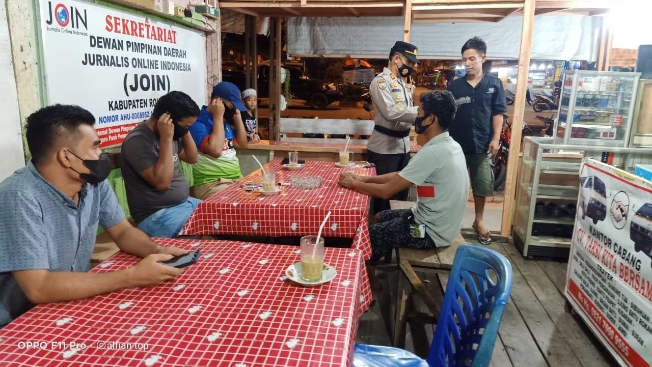 Sat Binmas Polres Rohul Bagikan Masker, Ajak Masyarakat Tingkatkan Prokes Covid-19