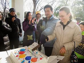 Photo: 二人でケーキに入刀する ハセちゃんとリズ