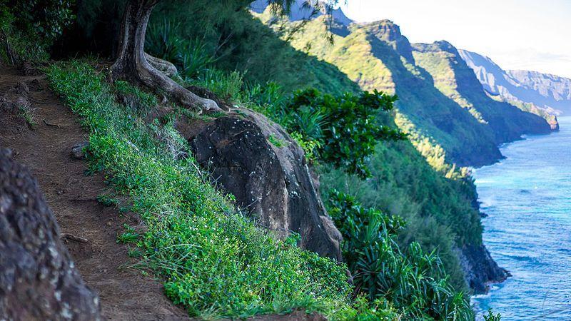 File:Kalalau trail (22499322512).jpg