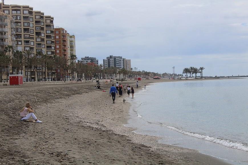 Almerienses disfrutando de la orilla del mar.