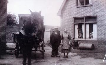 Photo: Gerrit Lanjouw en zijn vrouw Janna. Ze staan bij de bakkerskar waar Gerrit dagelijks mee ventte. Ze staan voor de woning Kerkstraat 8.